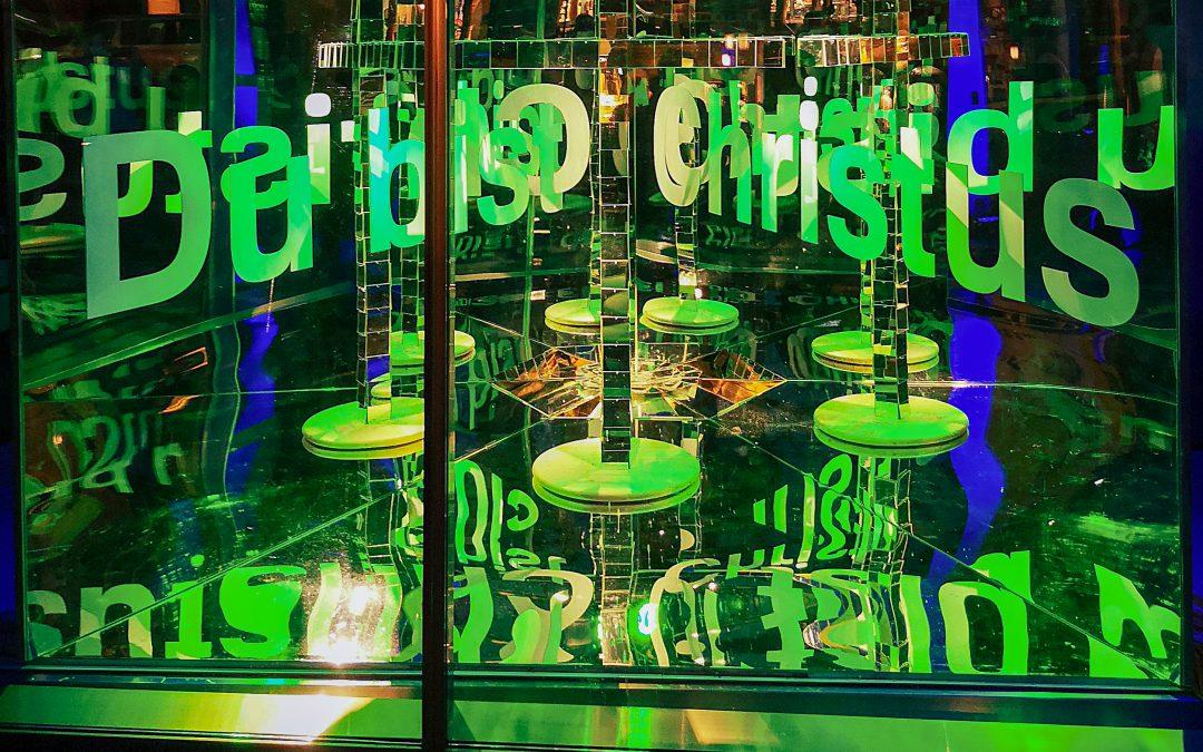"""Kunstinstallation im Kirchenfoyer – Osterbotschaft : """"Du bist Christus"""""""